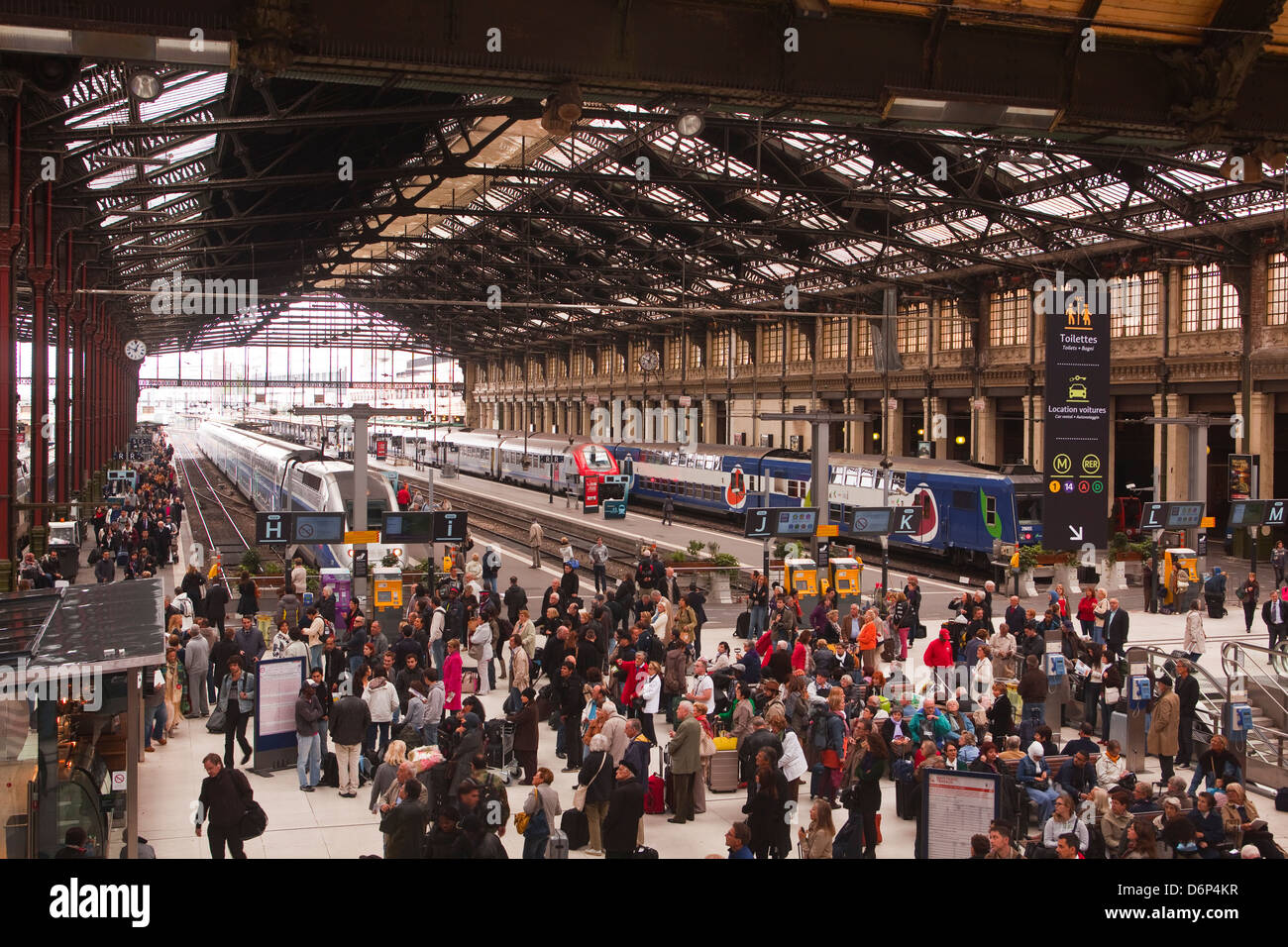 Crowds of people in the Gare de Lyon, Paris, France, Europe - Stock Image