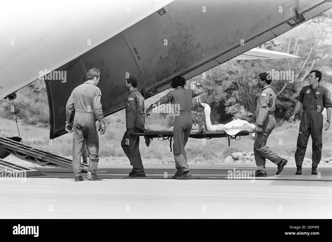 US Air Force airmen evacuate a wounded soldier to a waiting C-141 aircraft during the Invasion of Grenada, codenamed - Stock Image
