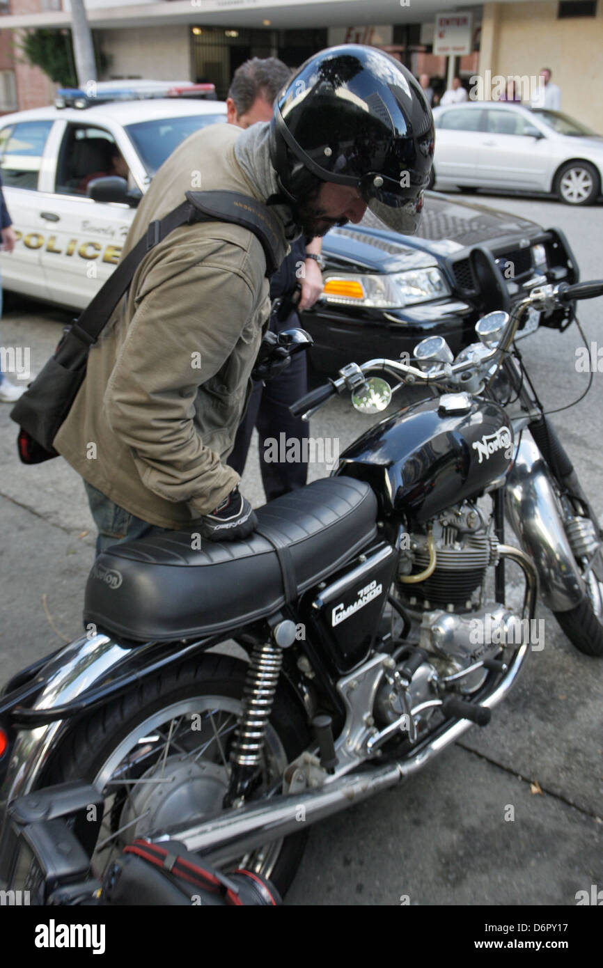 ผลการค้นหารูปภาพสำหรับ keanu reef taking the police
