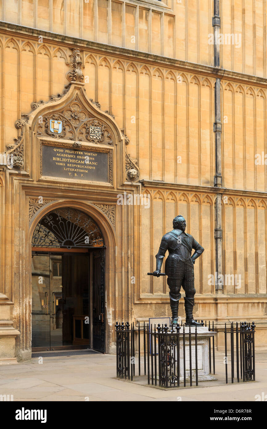 Earl of Pembroke statue in Bodleian Library Old Schools Quadrangle with Latin inscription above doorway in Oxford - Stock Image