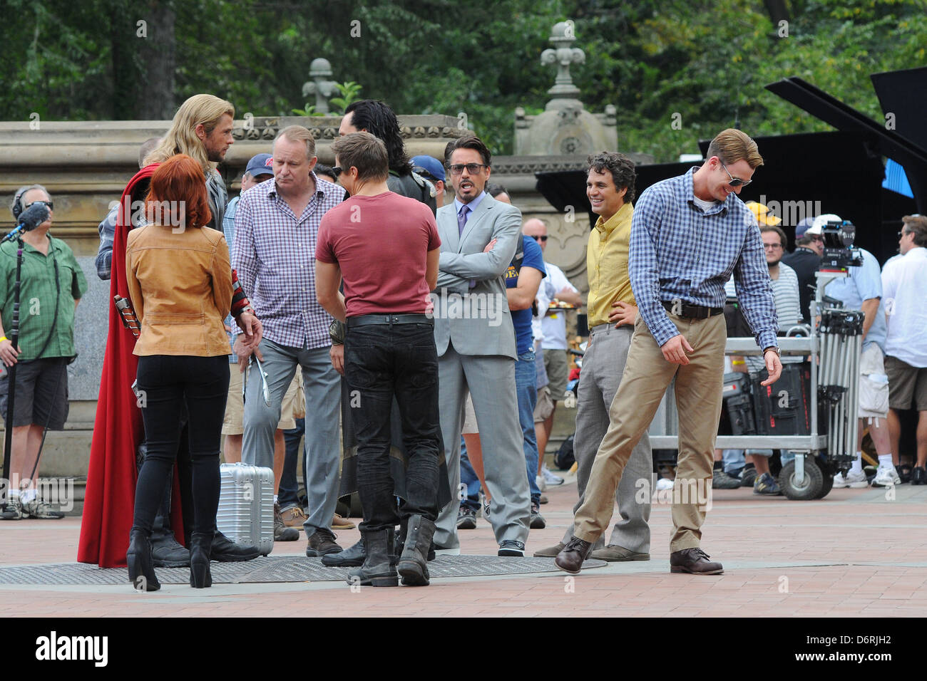 Chris Hemsworth Scarlett Johansson Tom Hiddleston Jeremy Renner Evans Mark Ruffalo Robert Downey Jr On The Film Set