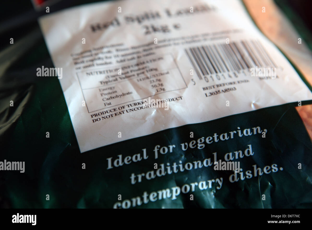 Produce labeling of red split lentils stating country of origin, cooking instructions, weight, nutritional information - Stock Image