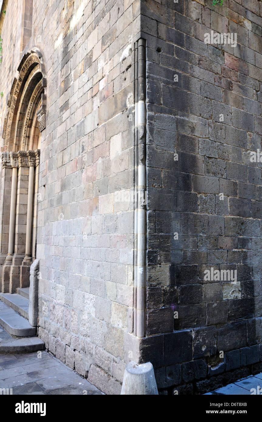 Barcelona, Catalonia, Spain. St Lucy's Yardstick, Carrer del Bisbe on the facade of Capella de Santa Lucia. - Stock Image