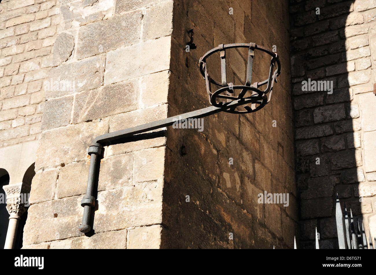 Barcelona, Catalonia, Spain. Medieval streetlamp (replica) in Placa del Rei - Stock Image