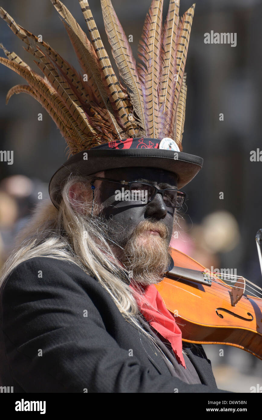 Oxford, UK. 20 April 2013. A member of the Hook Eagle morris dancing team plays the violin during the annual Oxford - Stock Image