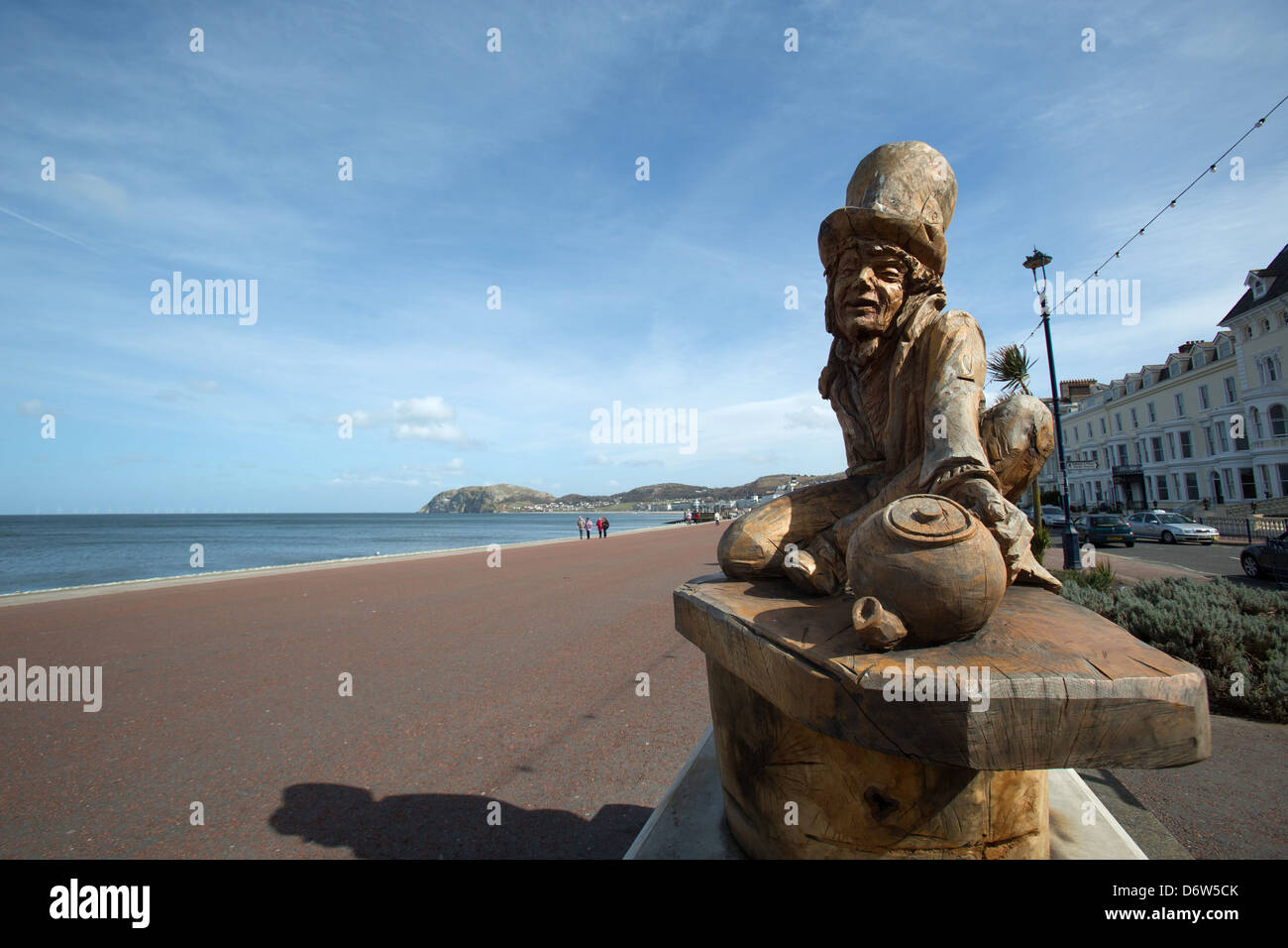 The town of Llandudno, Wales. The Simon Hedger sculpted Mad Hatter oak sculpture on the promenade at Llandudno's - Stock Image