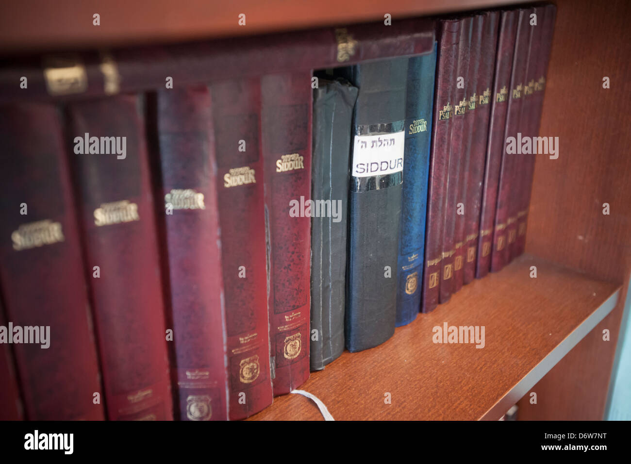 Prayer books in a synagogue in New York on Sunday, April 21, 2013. (© Richard B. Levine) - Stock Image