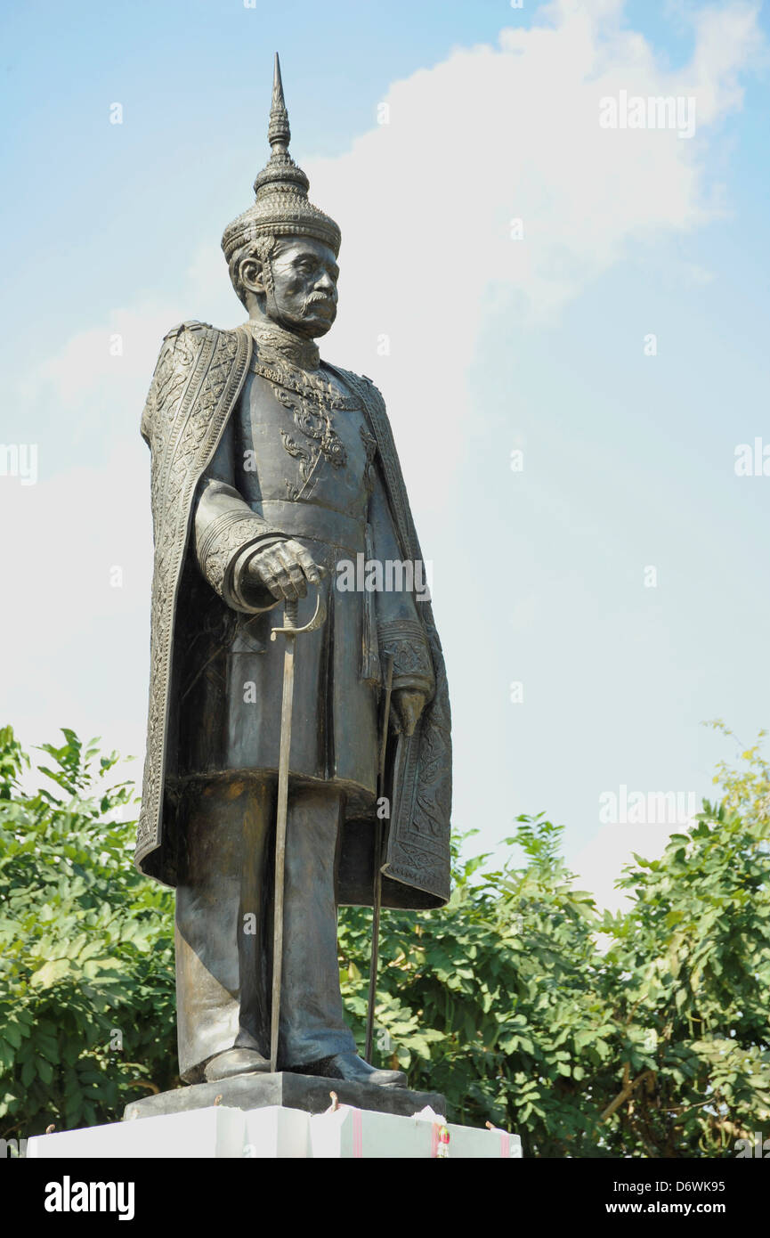 Thailand, Nan, Statue of Feudal Lord of Nan Phrachao Suriyaphong Pharitdeg in front of Nan National Museum - Stock Image