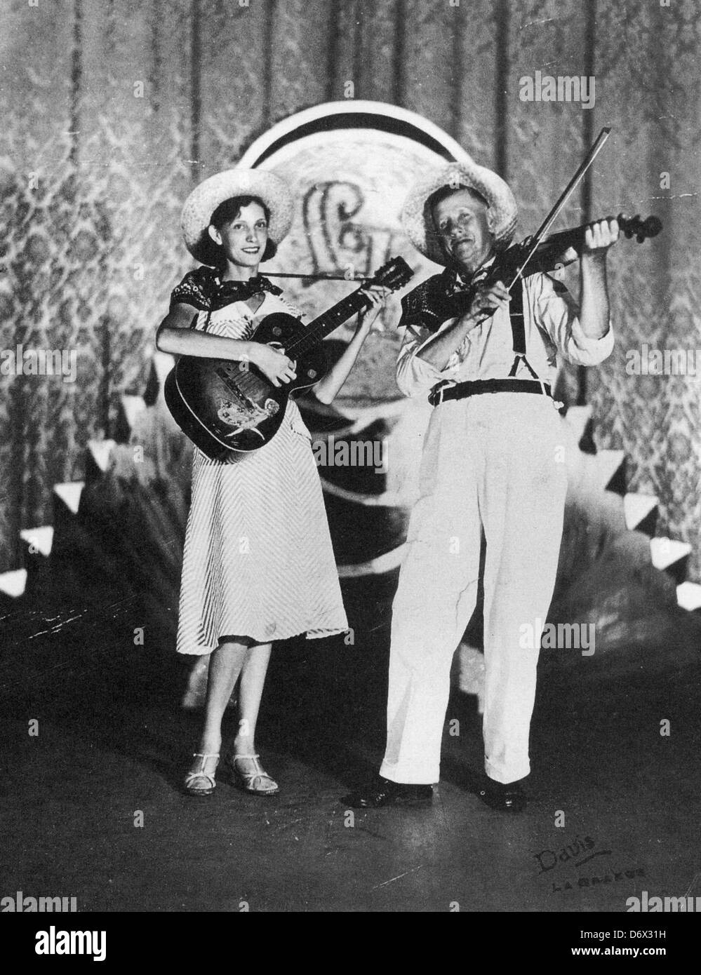 FIDDLIN' JOHN CARSON (1868-1949) US Country musician with his daughter Rosa Lee, known as Moonshine Kate - Stock Image