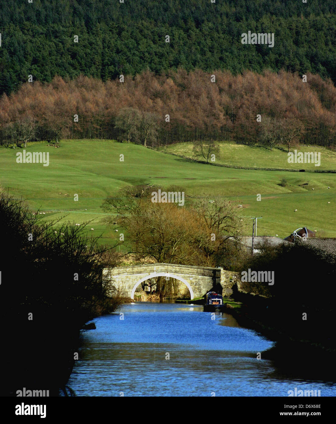 Ray bridge spanning the Leeds and Liverpool Canal at Gargrave in North Yorkshire. - Stock Image