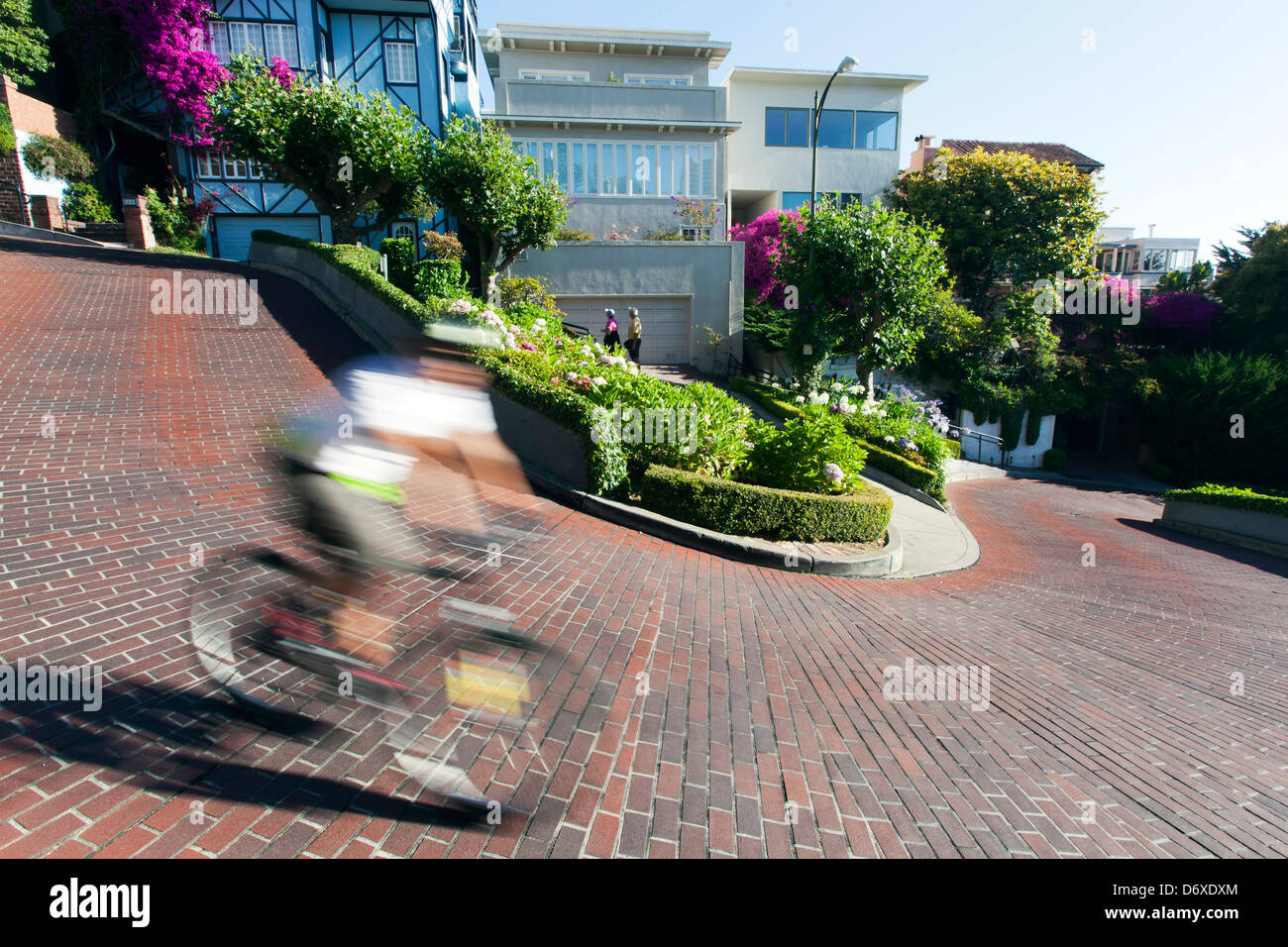 Bicycle rider on Lombard Street ('Crookedest Street'), San Francisco, California USA - Stock Image