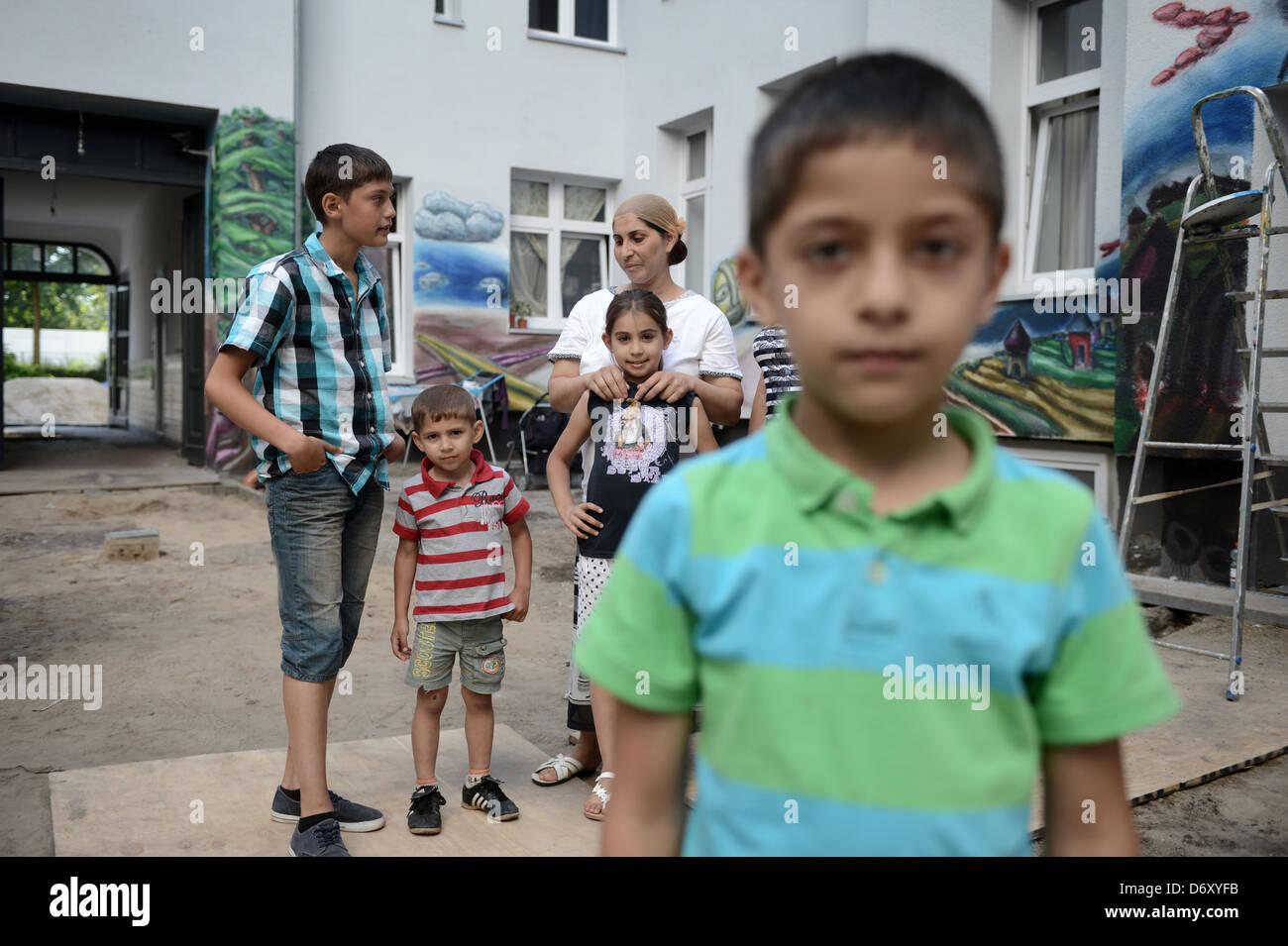 Berlin, Germany, Roma family in the backyard of a home in the Harz in Berlin-Neukoelln - Stock Image