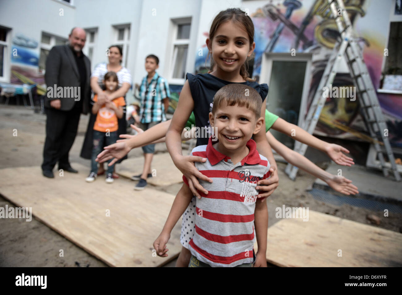 Berlin, Germany, a Roma family and children playing in the backyard of a home in the Harz in Berlin-Neukoelln - Stock Image