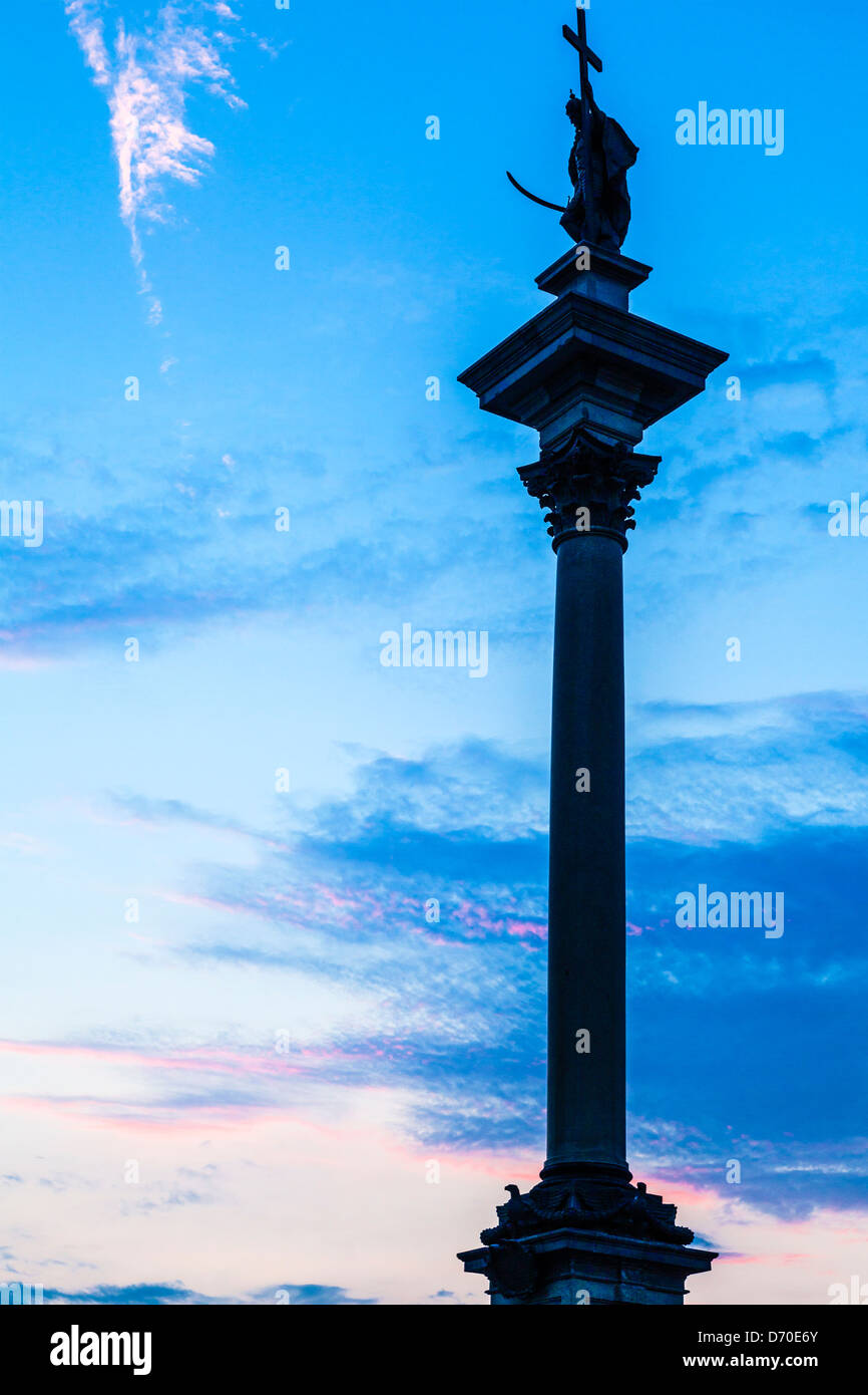 Silhouette of Zygmunt's Column in Warsaw's Old Town at twilight. - Stock Image