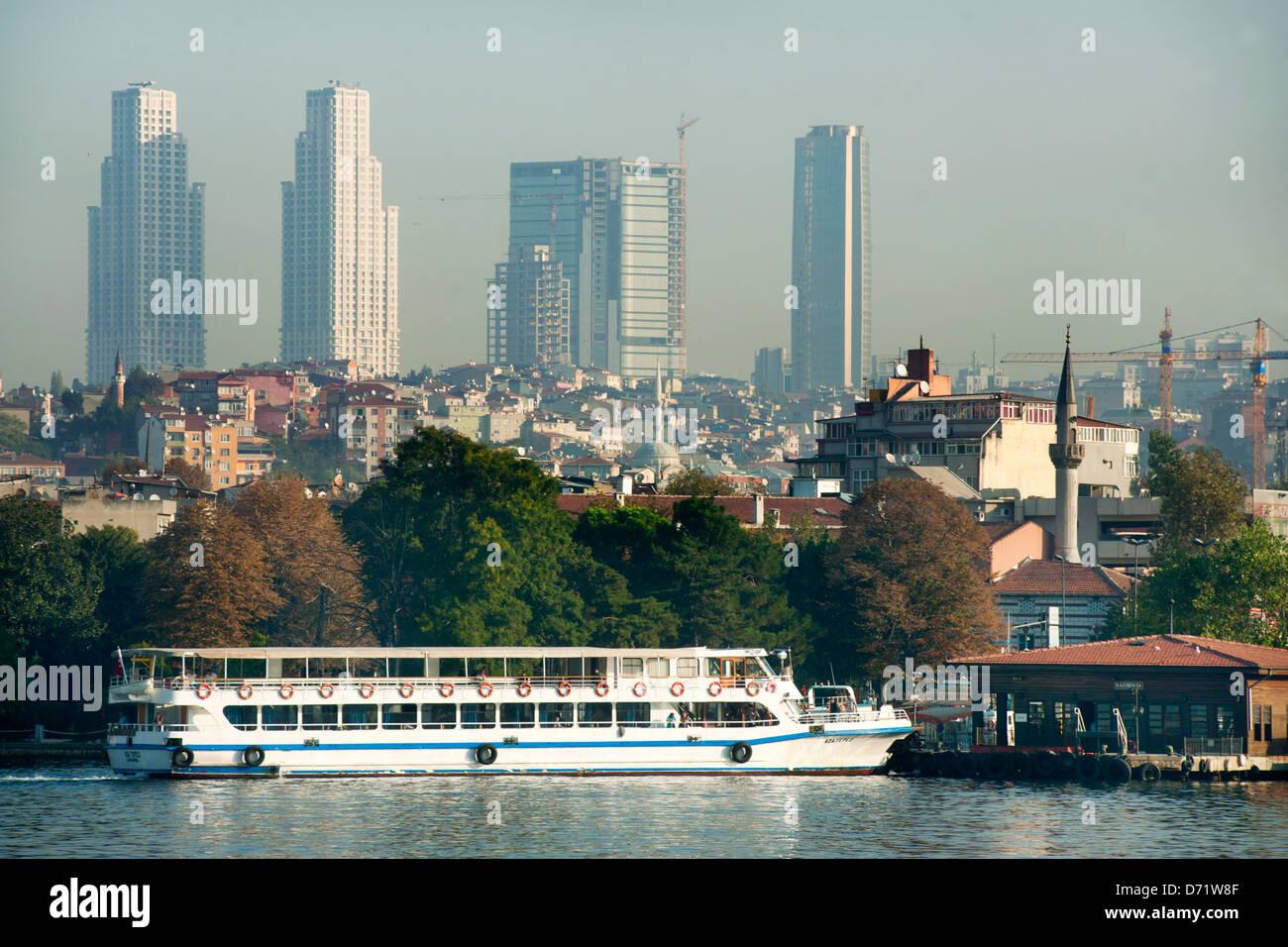 Türkei, Istanbul, Blick vom Goldenen Horn zu den Hochhaustürmen der Anthill Residenz (links), - Stock Image