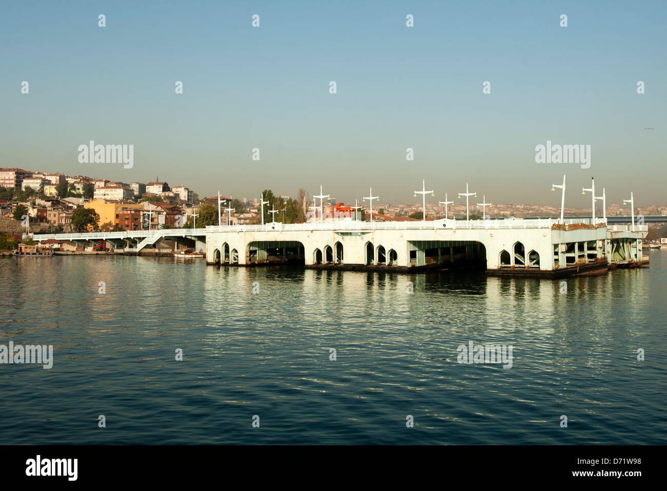 Türkei, Istanbul, Goldenes Horn, Alte Galatabrücke - Stock Image