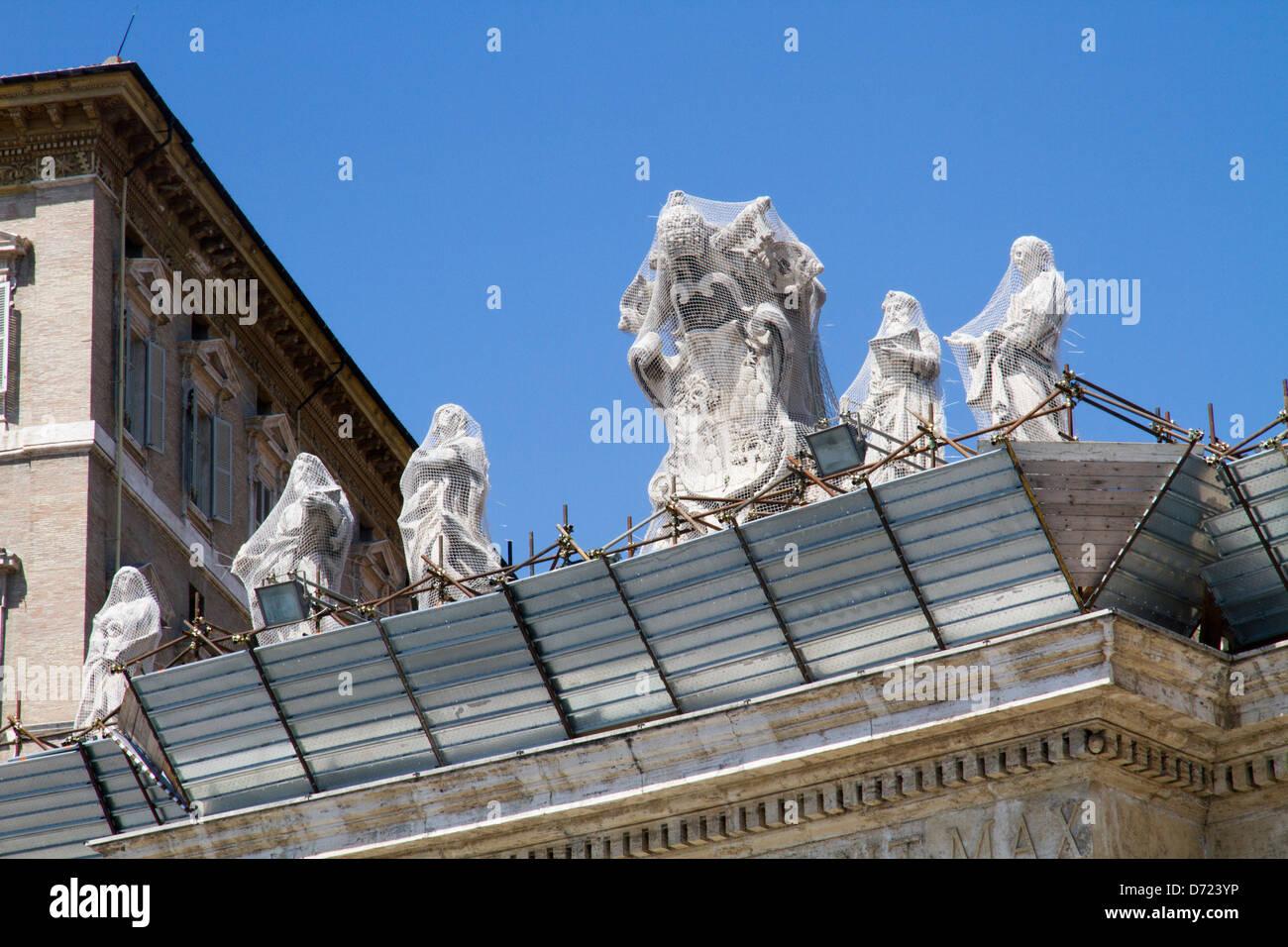 Sant Peter vatican restoring statues - Stock Image