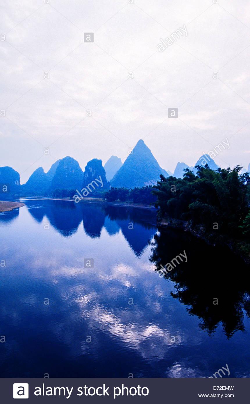 Li Jiang (Li River) at Yangshuo (near Guilin), Guangxi region, southern China Stock Photo