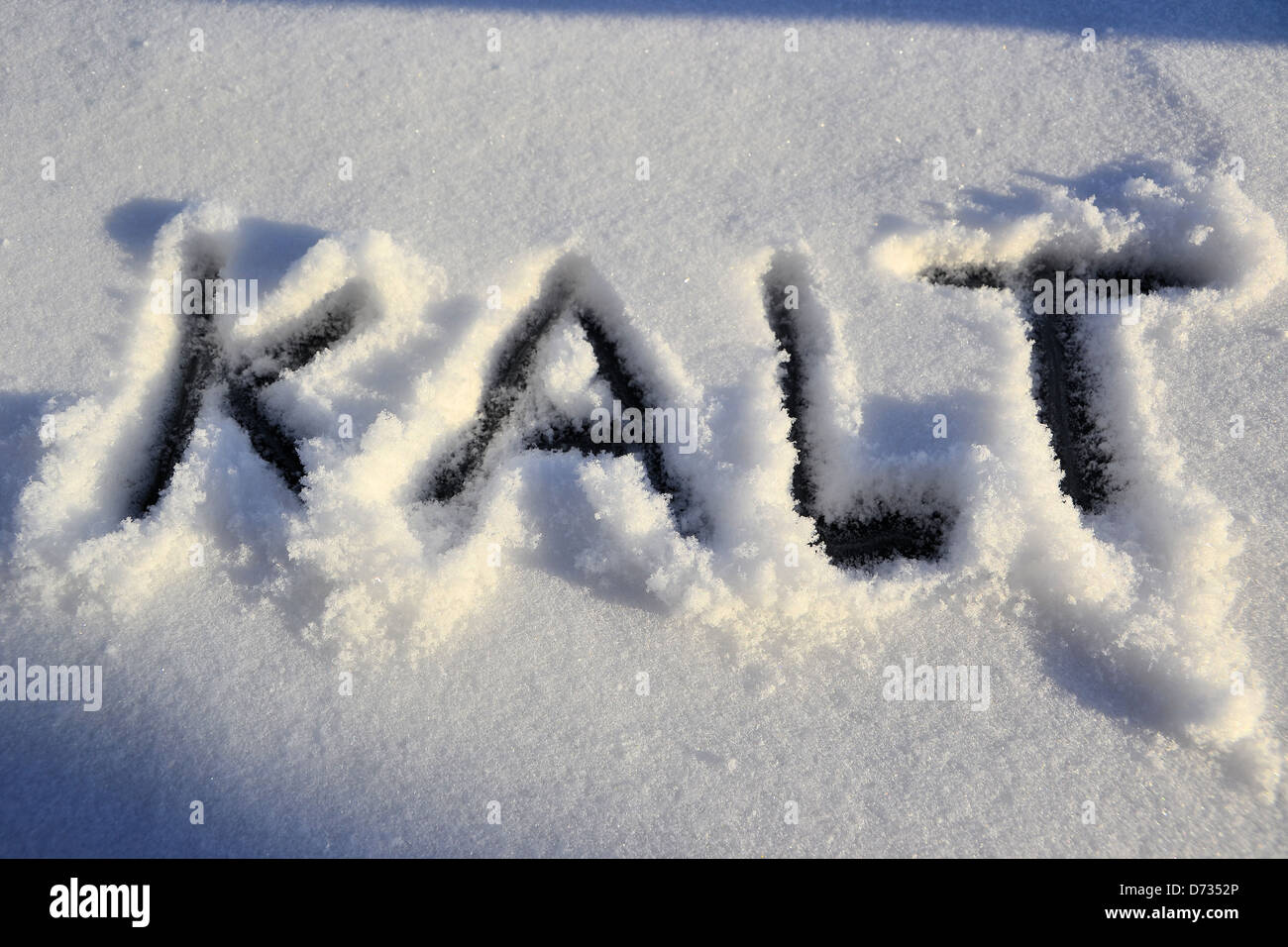 The word cold is written in the snow - Stock Image