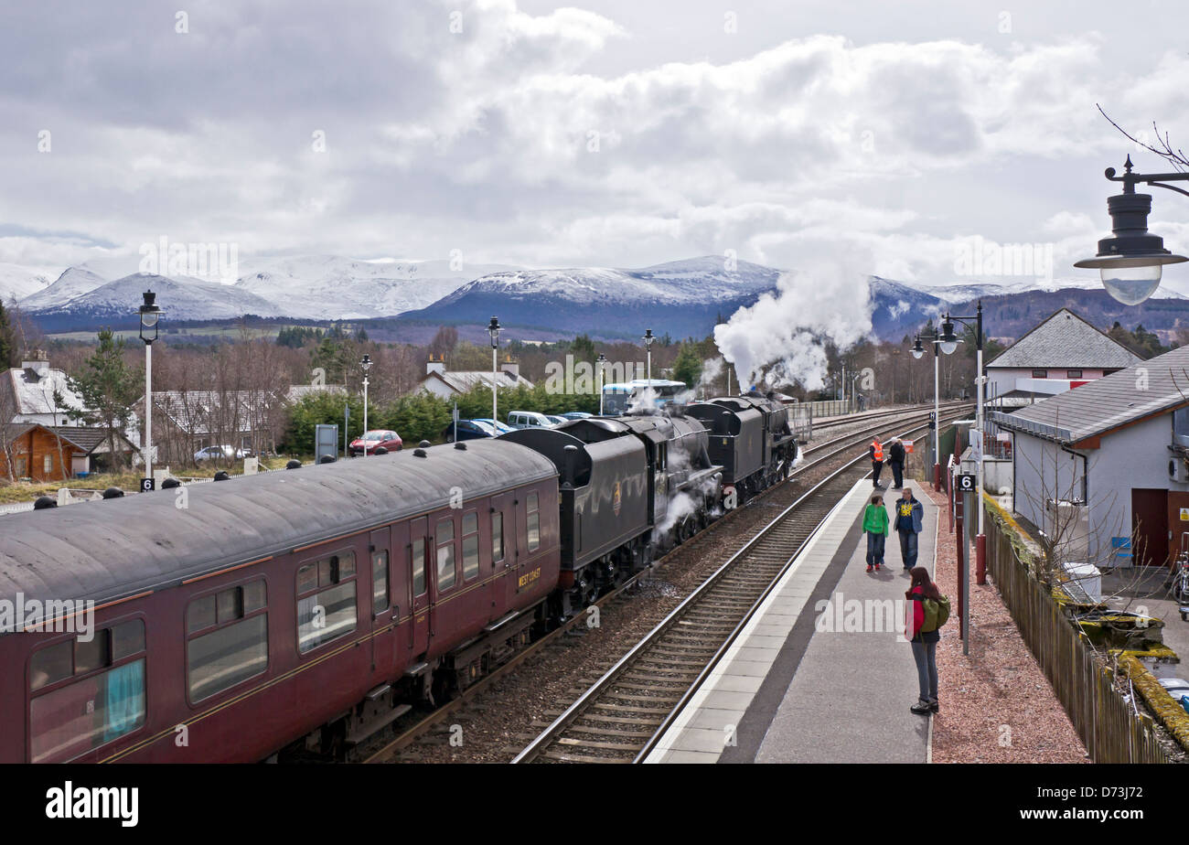 Two Black Fives steam engines heads the Great Britain VI tour south from Inverness to Edinburgh through Aviemore - Stock Image