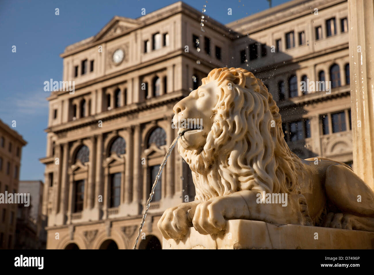 Lonja del Comercio in Havanna, Kuba, Karibik | marble lion of the fountain Fuente de los Leones and Havana Stock Stock Photo