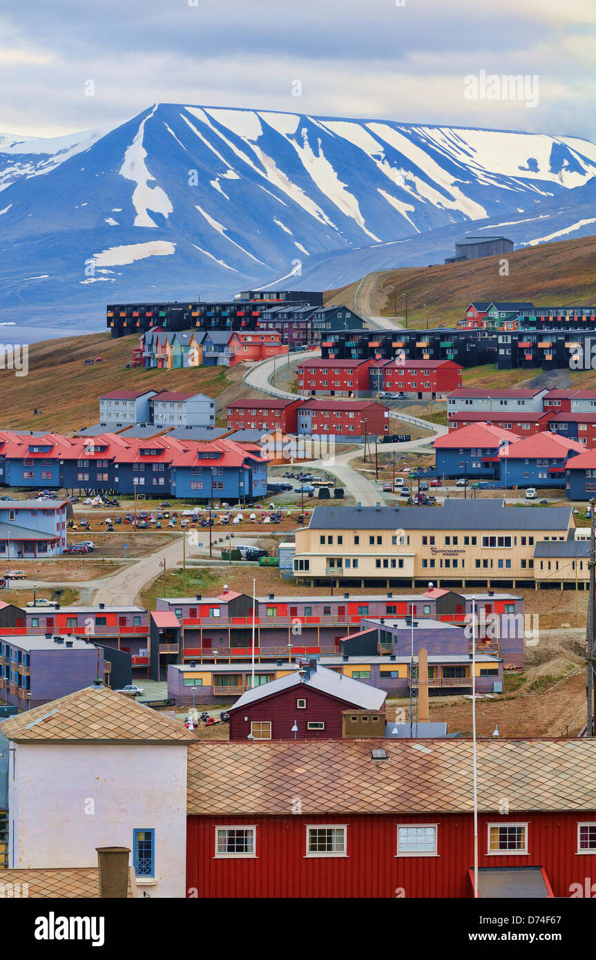 Norway, Svalbard, Longyearbyena, Townscape with mountain landscape in background - Stock Image