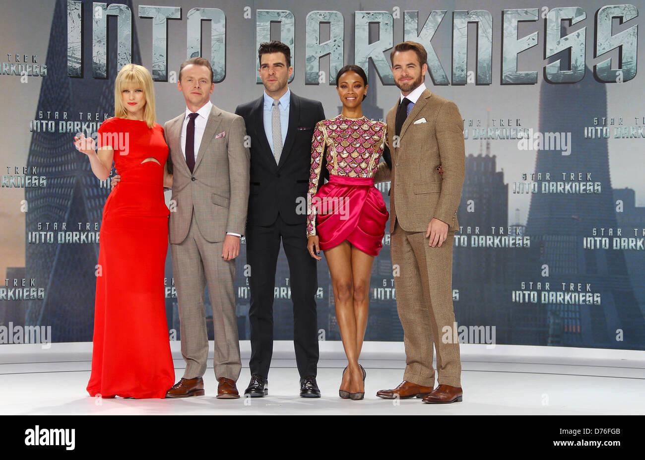 Berlin, Germany, 29 April 2013. Actors Alice Eve (R-L), Simon Pegg, Zachary Quinto, Zoe Saldana and Chris Pine pose - Stock Image