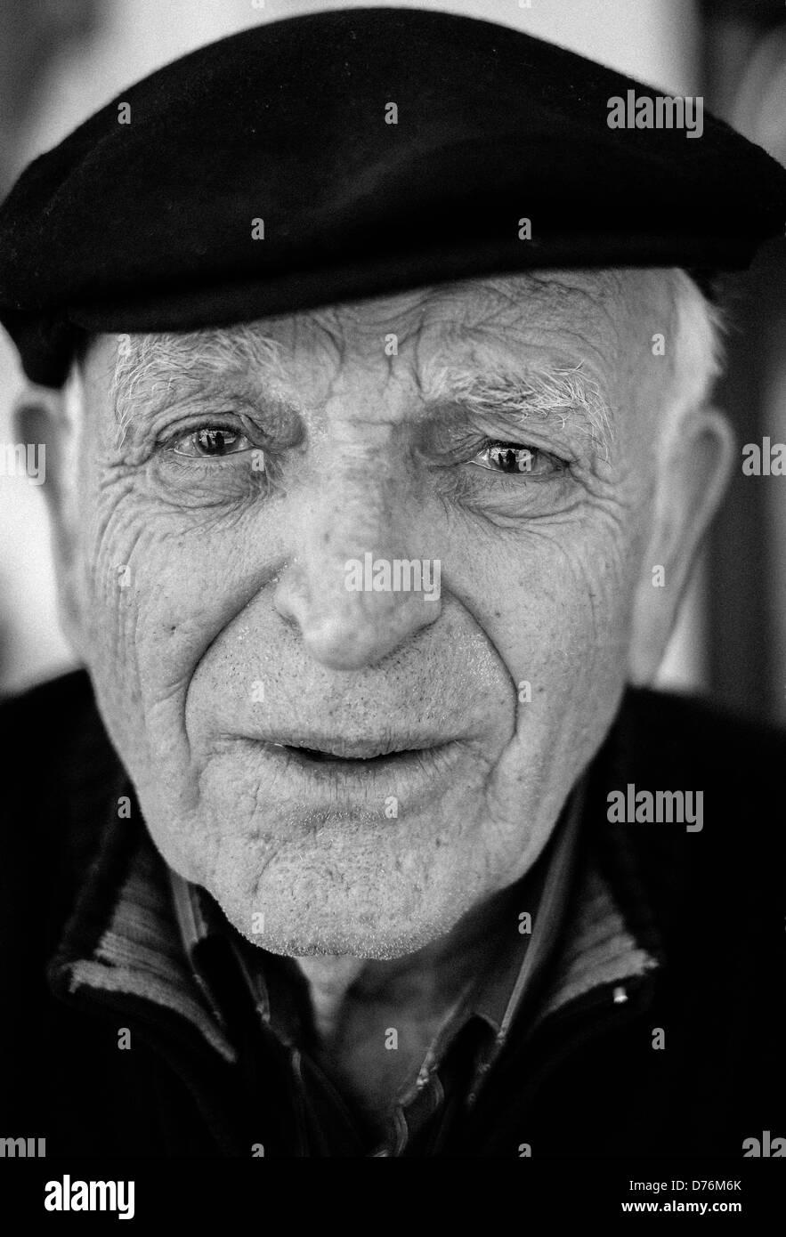 Paul Georgoulakos, owner of Gregory & Paul's Clam Bar on the Coney Island Boardwalk, Brooklyn New York. - Stock Image
