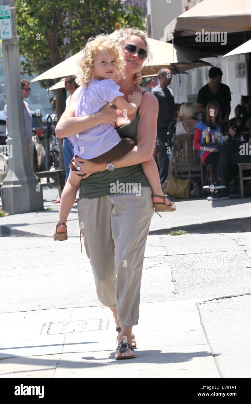 best sneakers ca7f0 73992 Teri Polo and daughter Bayley leaving Kings Road Cafe Los ...