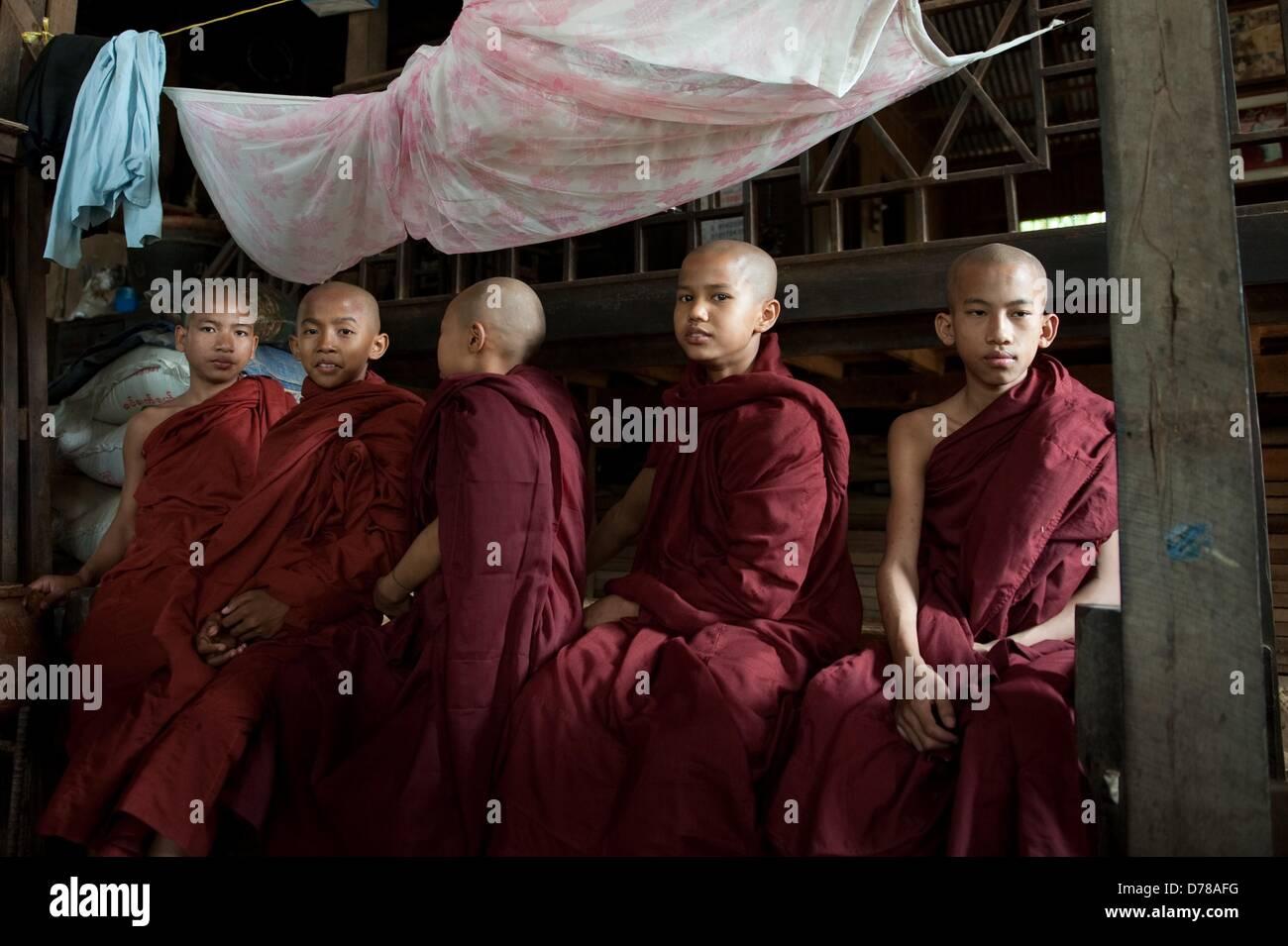 Junge buddhistische Mönche bei einer Speisung am 01.04.2013 in Bagan, Myanmar. Foto: Sebastian Kahnert - Stock Image