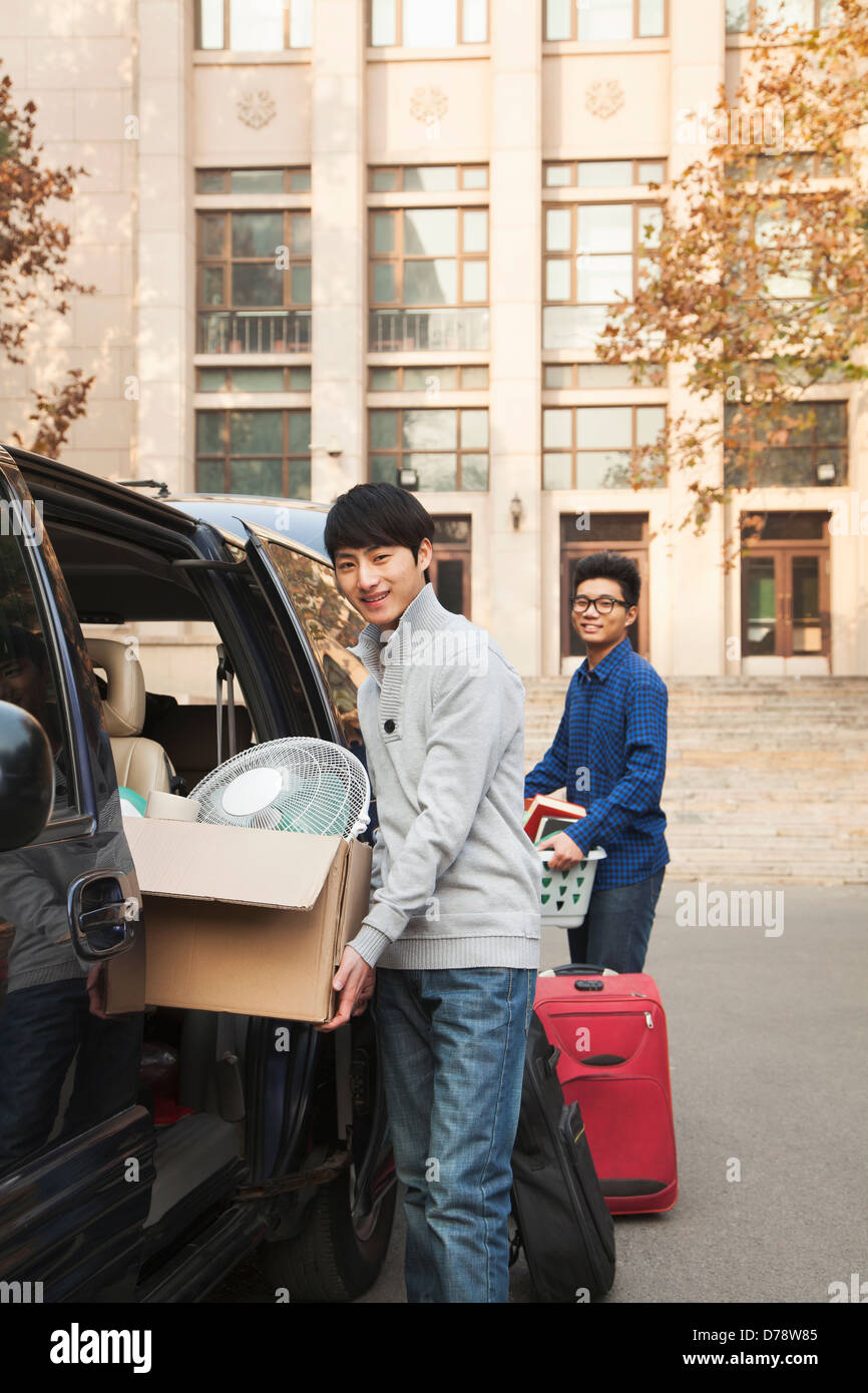 Students moving into dormitory on college campus - Stock Image