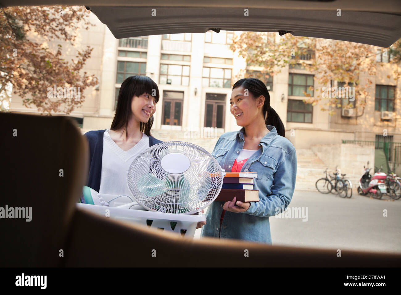 Sisters moving into dormitory at college - Stock Image