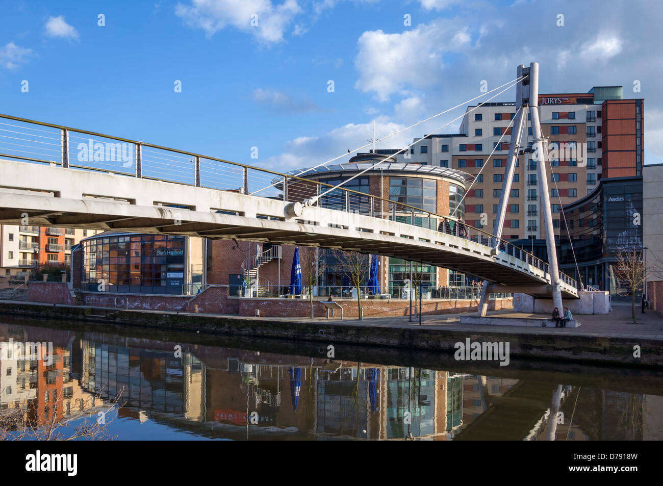 Footbridge over the River Aire looking towards Brewery Wharf, Leeds, West Yorkshire, UK - Stock Image