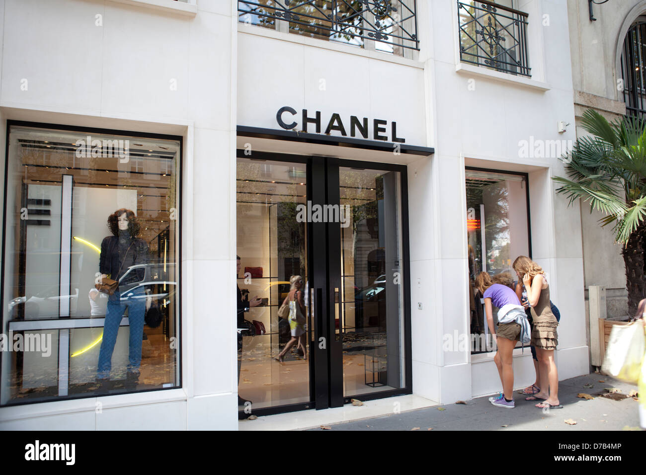 chanel shop window stock photos chanel shop window stock images alamy. Black Bedroom Furniture Sets. Home Design Ideas