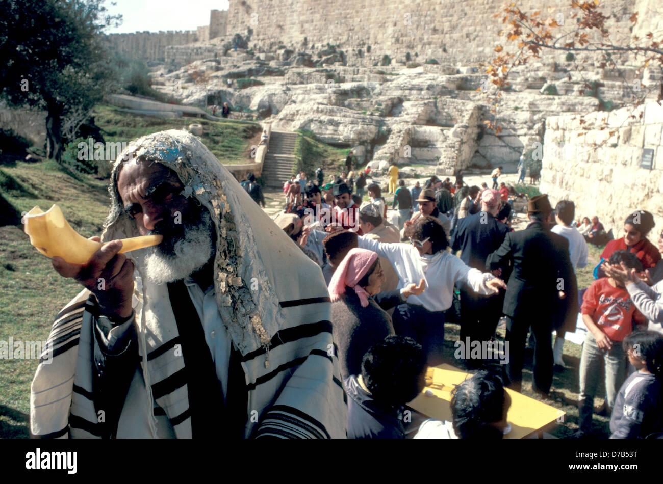 Yemenite Rabbi and Jews from the Caucasus in jerusalem - Stock Image