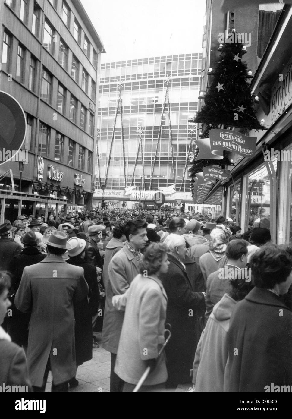 Masses of people crowd in front of shops in a side street of shopping street Zeil near Hauptwache in Frankfurt am Main on Sunday, the 14th of December in 1958.    Photo: Richard Kroll  +++(c) dpa - Report+++ Stock Photo