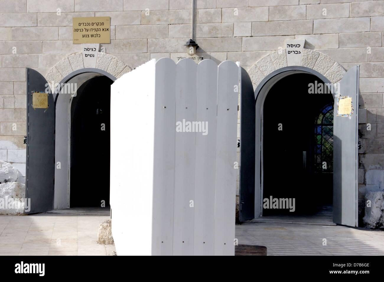 separate entrances for men and women at rabbi yonatan ben uziel graveyard, amuka, galilee - Stock Image
