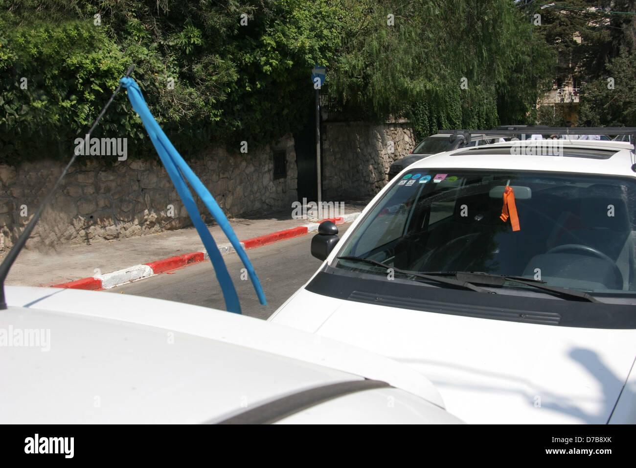 blue and orange ribbons attached to cars in support and in opposition to gush katif disengagement (July 2005) - Stock Image