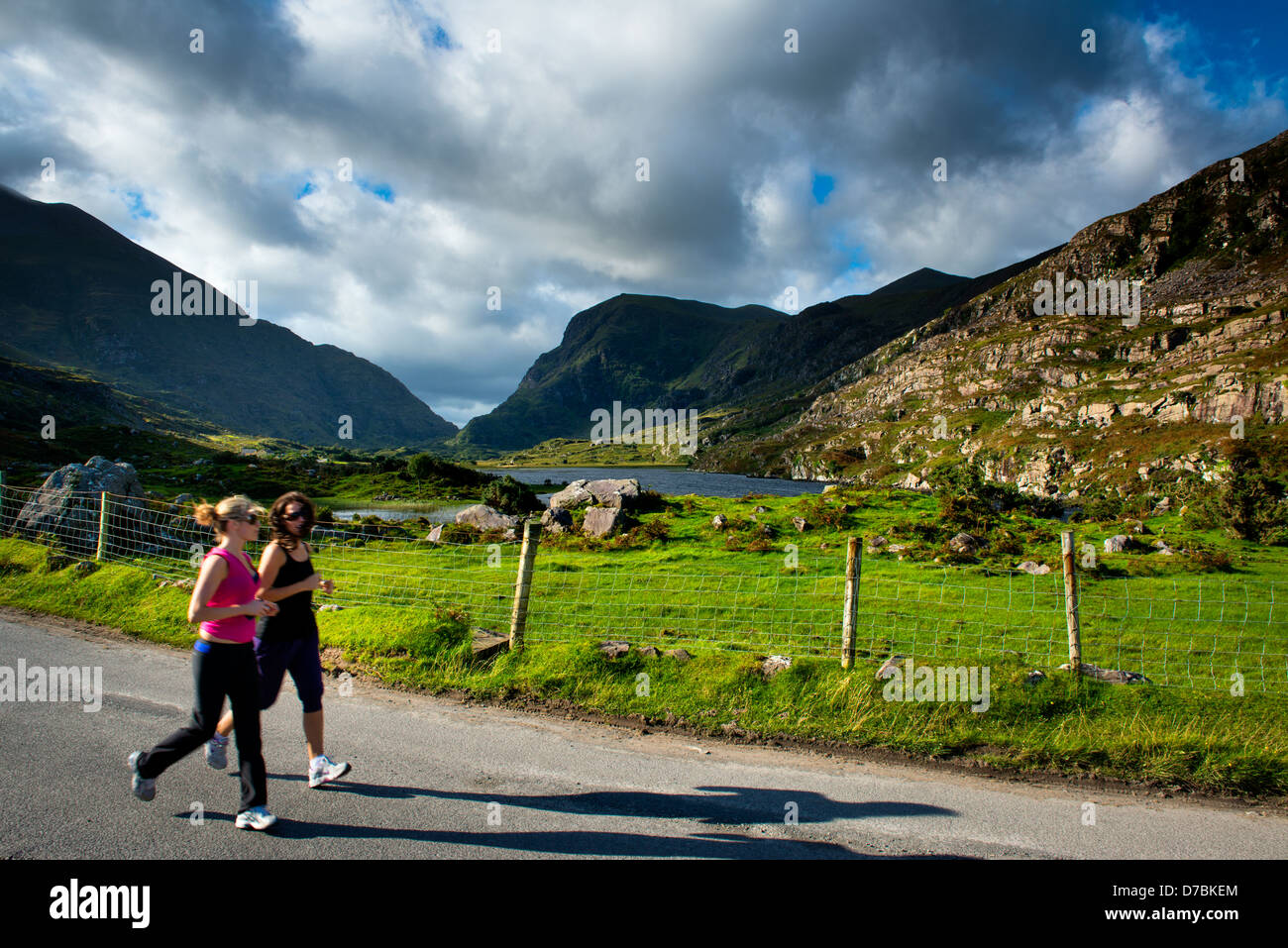 Girls jogging,Gap of Dunloe, Macgillicuddy's reeks, Co. Kerry, Ireland, Killarney National Park - Stock Image