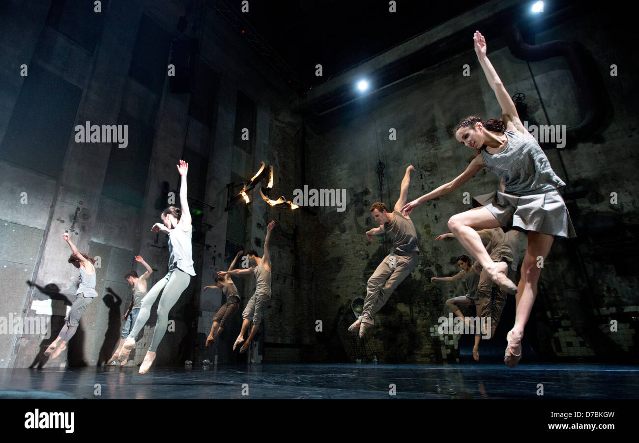The ensemble of the Berlin State Ballet dance a scene from
