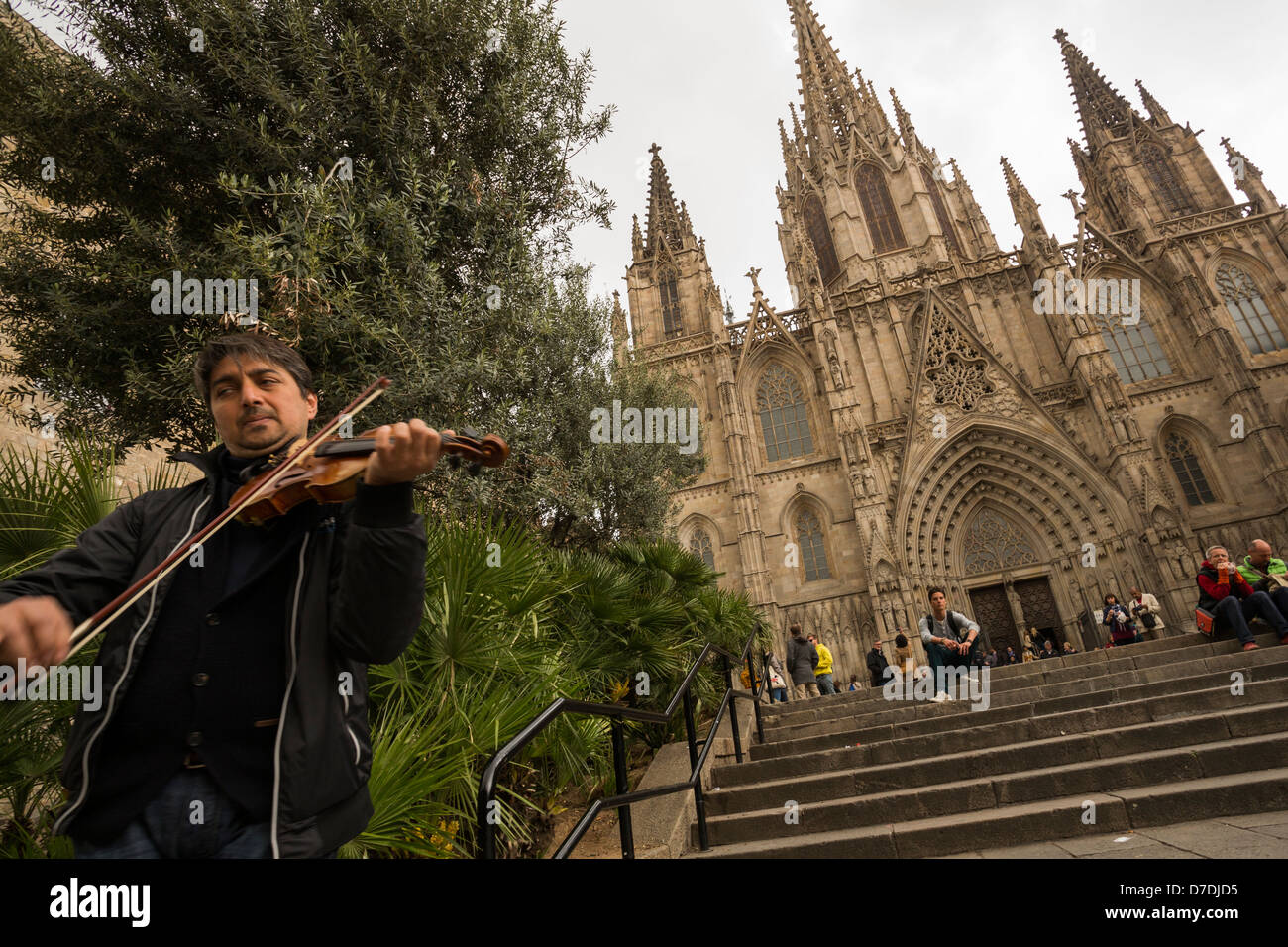 Street musician in front of La Catedral - Barcelona, Spain. - Stock Image