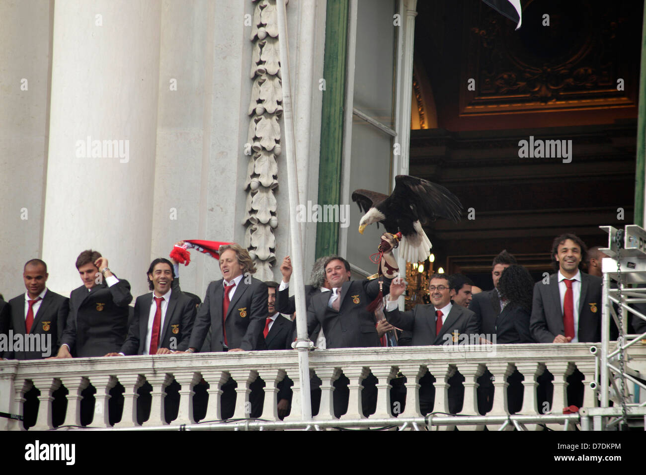 Team, eagle and officials of Benfica Lissabon celebrating the portuguese soccer championship 2010 on the balcony - Stock Image