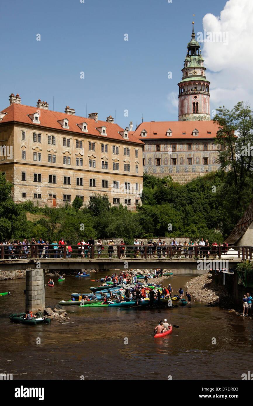 Canoes on Vltava river in front of the castle, Cesky Krumlov, Czech Republic, Europe - Stock Image