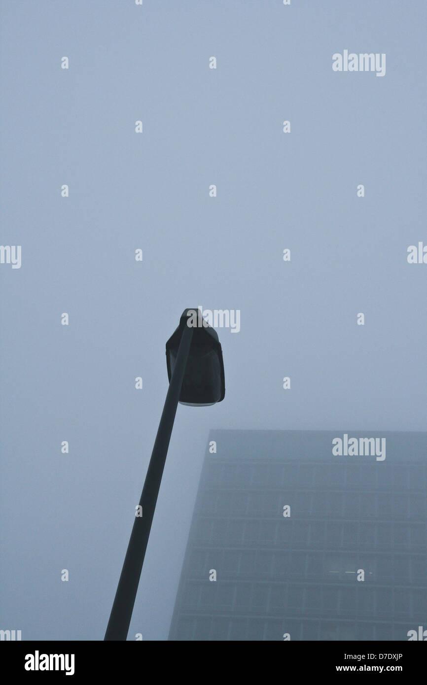 Strassenlampe im Nebel - Stock Image