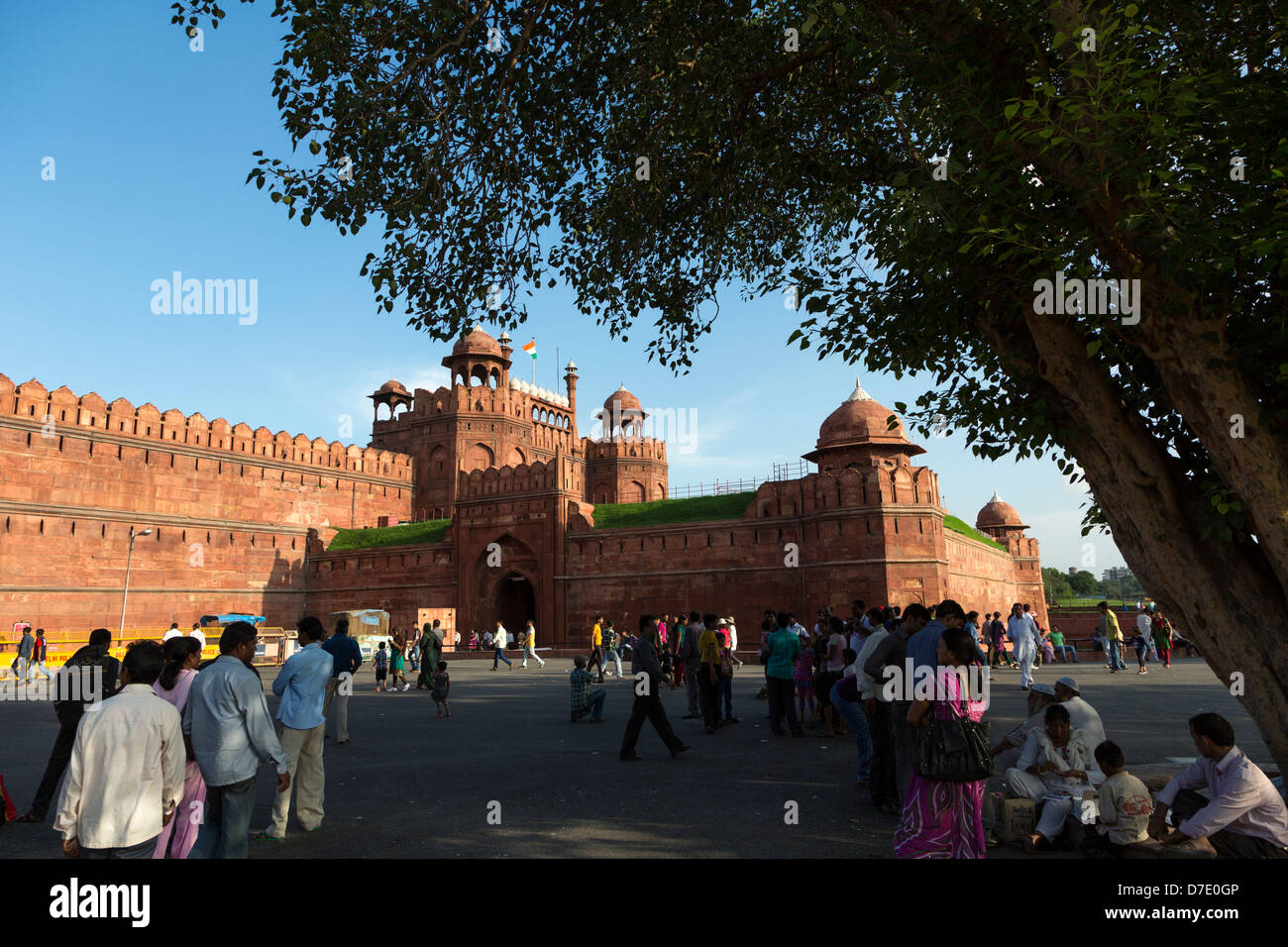 Tourists under a tree near the Red Fort in Dehli old town, India - Stock Image