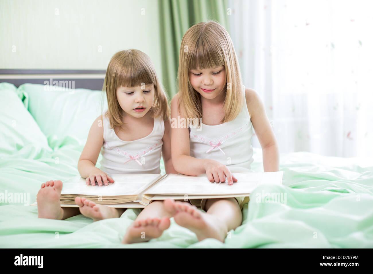 Сестра играла а он вставил ей, Сестра приклеилась к столу, а брат воспользовался этим 5 фотография