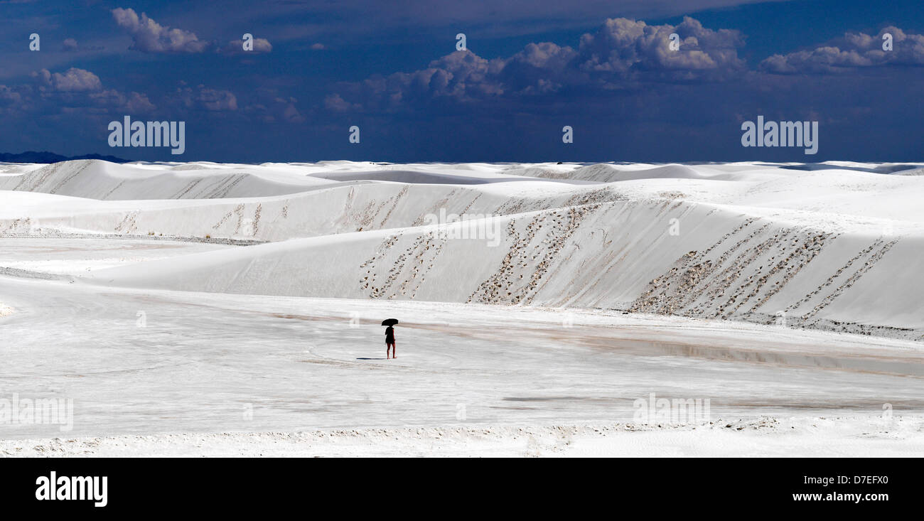 white sands new mexico usa desert sand lonely umbrella - Stock Image