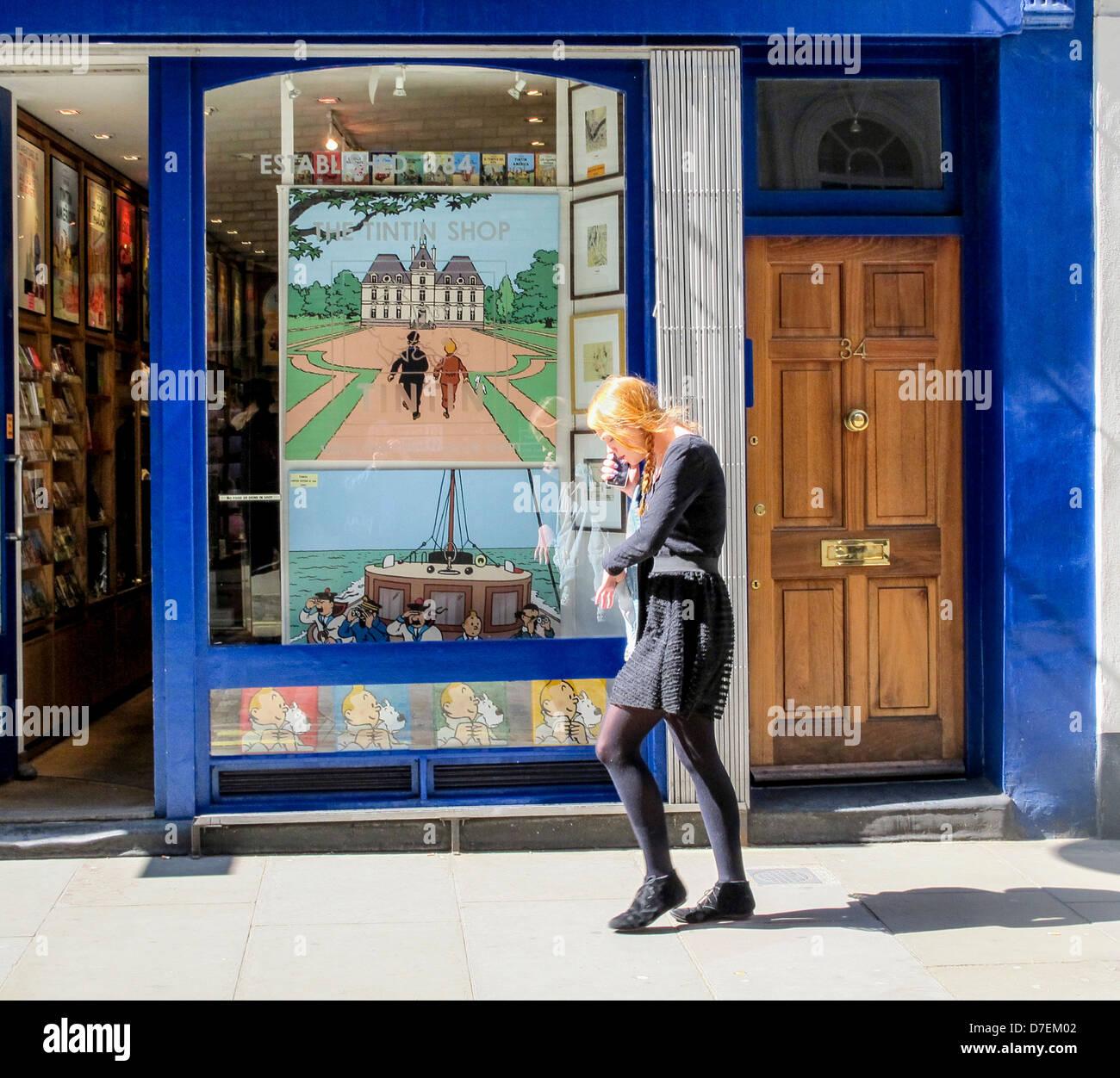 Fabulous Trendy Young Woman Walking Past Tintin Store Covent Garden Inzonedesignstudio Interior Chair Design Inzonedesignstudiocom