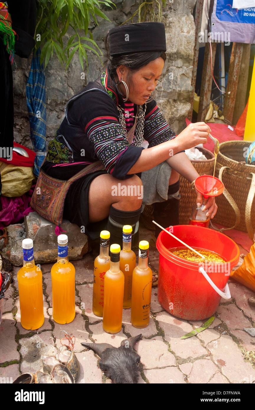 Sapa region, Northeast Vietnam -  Woman from the hmong hilltribe selling honey - Stock Image