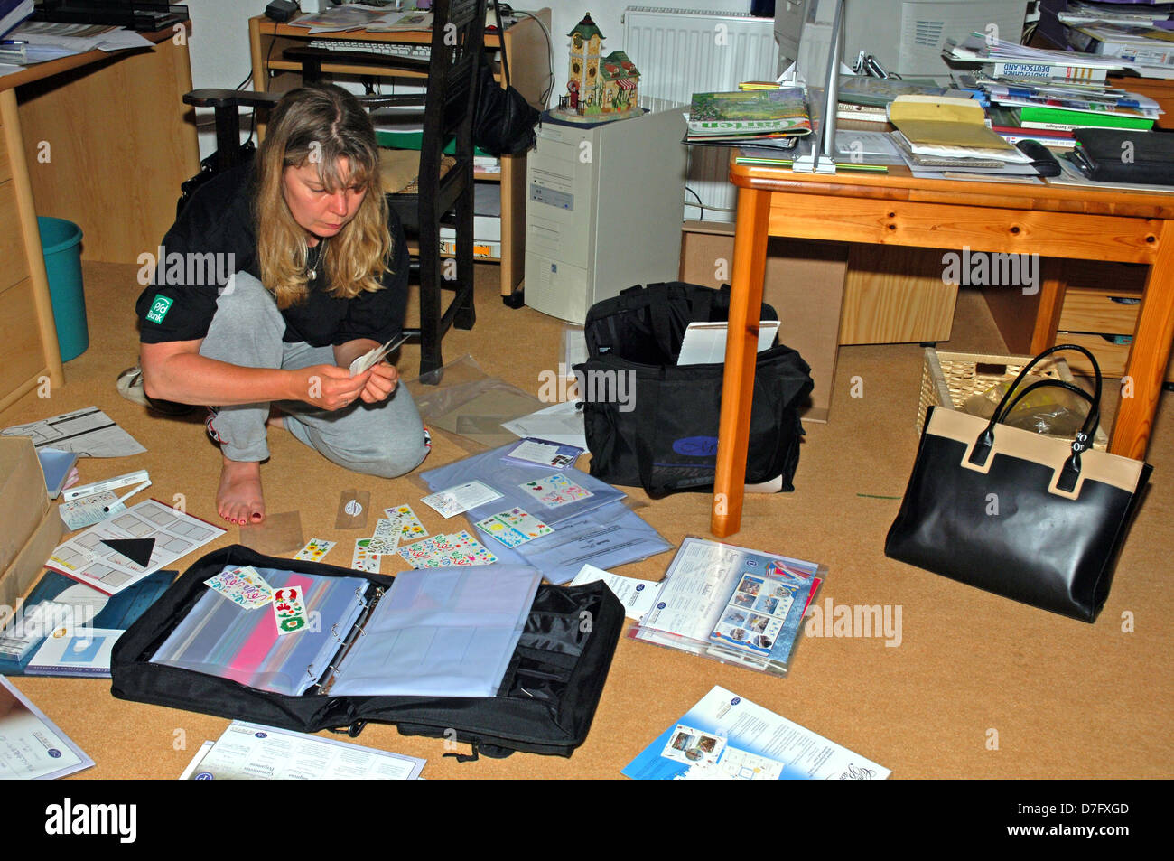 woman in Household, clear up, mess, disorder - Stock Image